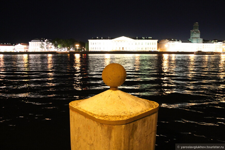 Я для себя отметил, что именно отсюда должен открываться лучший вид с берега на разведённый Дворцовый мост и Петропавловский собор. Проверить это не удалось, так как когда мы сошли с кораблика на берег, мост уже не был разведён.