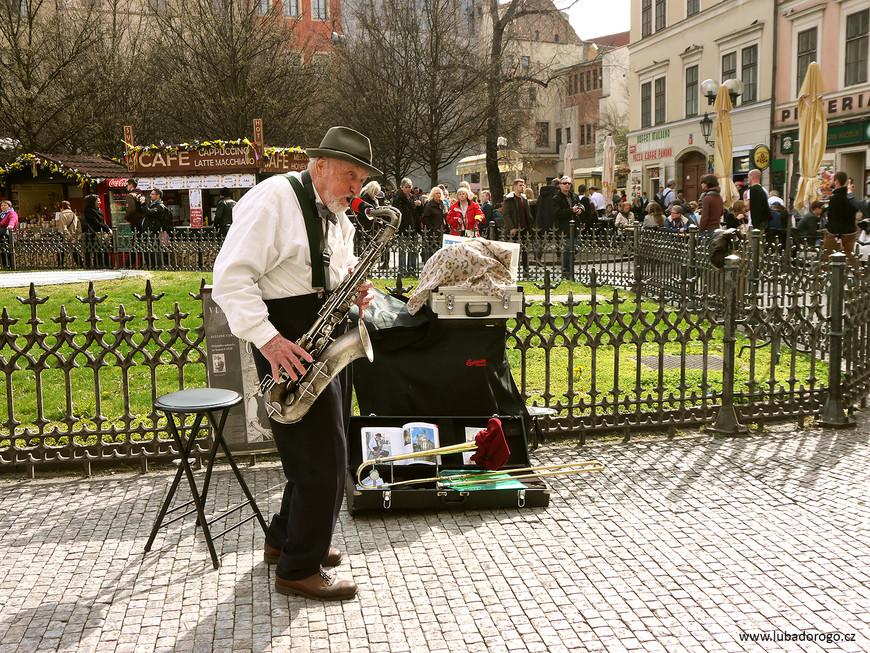 Музыкант на Староместской площади.