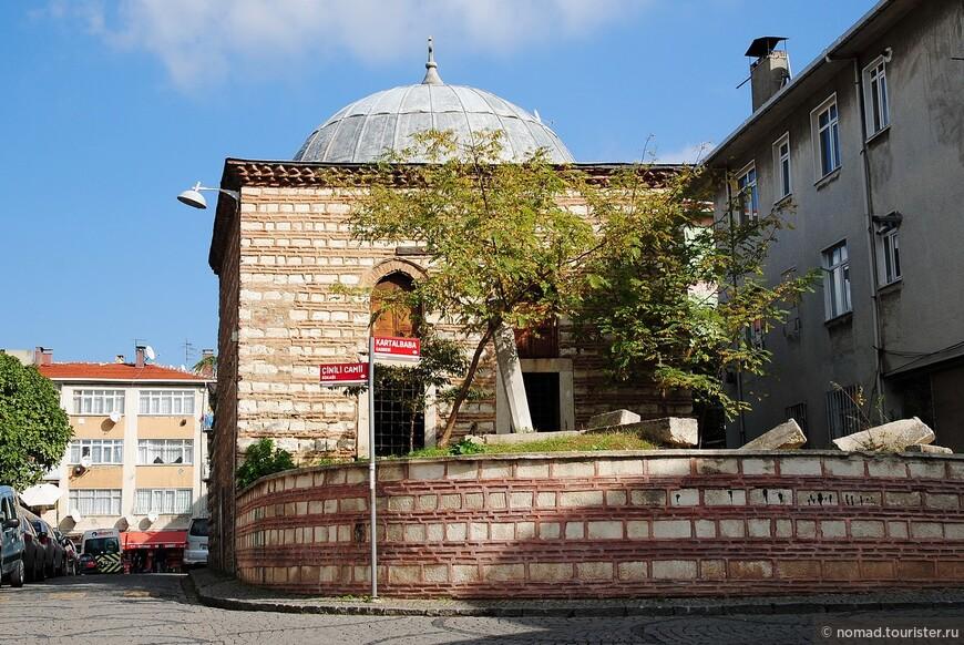 Тут часто встречаются мечети и прочие здания построенные толи из кирпича, толи из каменных блоков. На европейской стороне мне такие как-то не попадались...