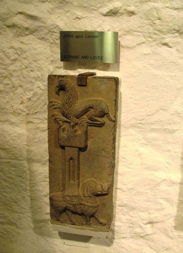 В зале Викариев можно увидеть артефакты, найденные на Скале Кашел..