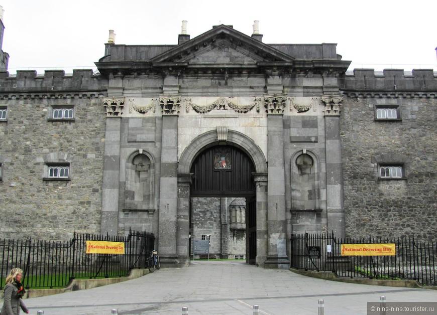 Вход в замок - одну из главных достопримечательностей Килкенни