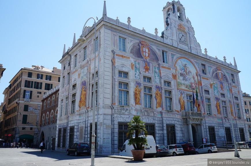 Фешенебельный квартал Генуи .Очень распространены объемные фасадные росписи обманки,имитирующие лепнину или скульптуру.