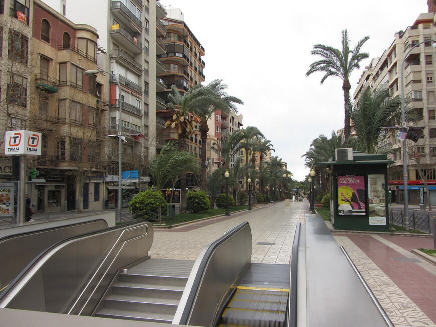 Трамвай в центре города запрятан под землю. Получилось этакое лёгкое метро, эскалатор туда ведёт прямо с улицы...