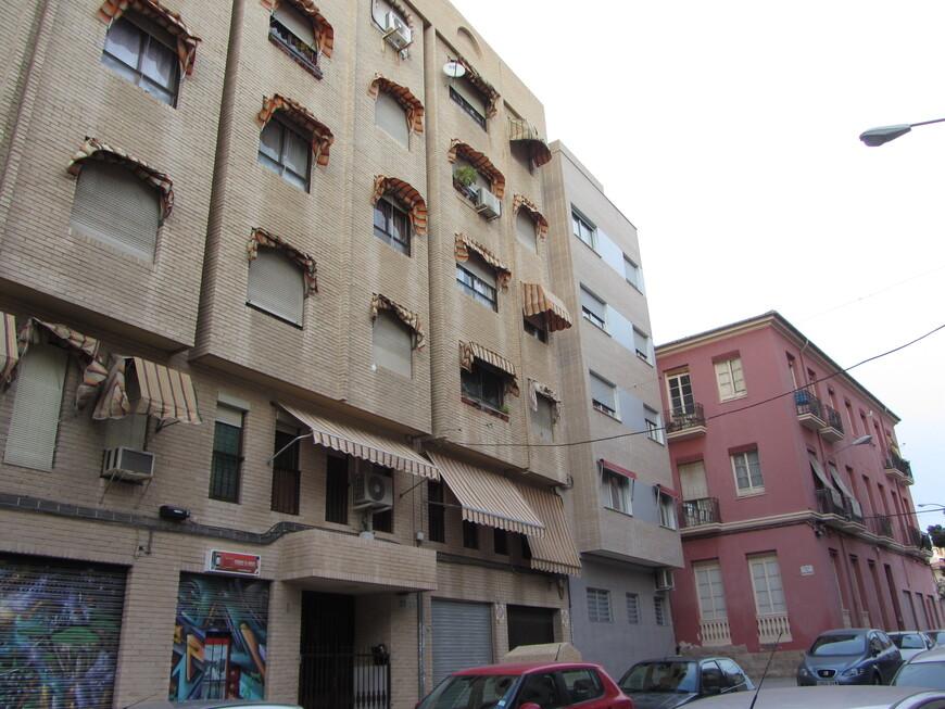 В Аликанте, да и в Испании вообще мне на улицах больше всего бросились в глаза 2 момента. 1-й: почти все окна в домах имеют или ролеты или навесы - летом солнце печёт немилосердно...