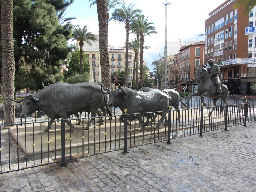 Скульптура напротив арены для корриды