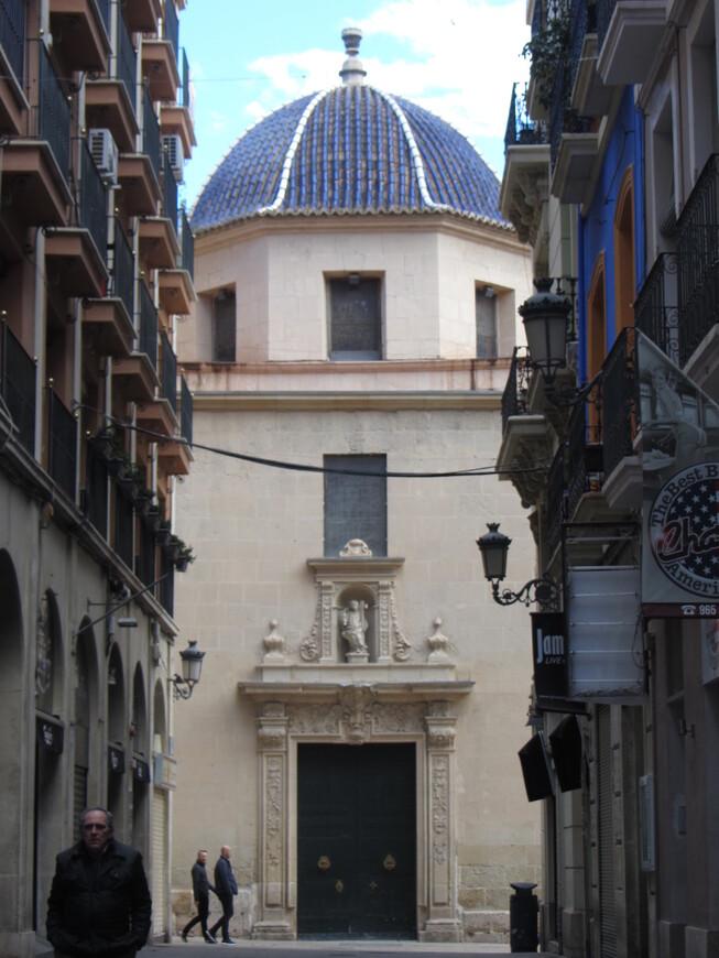 Часть главного фасада кафедрального собора. Целиком никак не помещался в кадр. Впрочем, по сравнению с последующими городами, аликантский кафедрал не очень впечатлил.