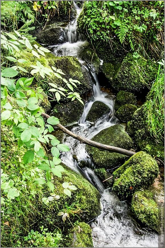 порой, водопад разбивается на небольшие и стремительные ручейки