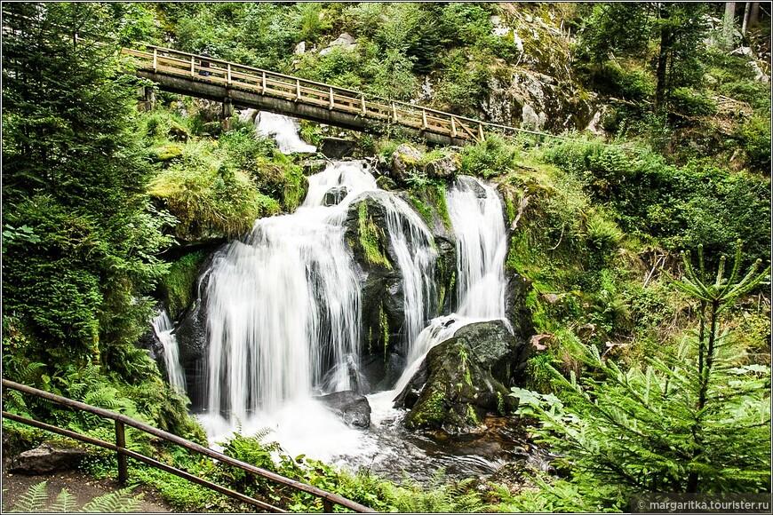 поэтому всегда есть возможность полюбоваться всеми 7-ю порогами водопада, то с нижнего, то с верхнего мостика