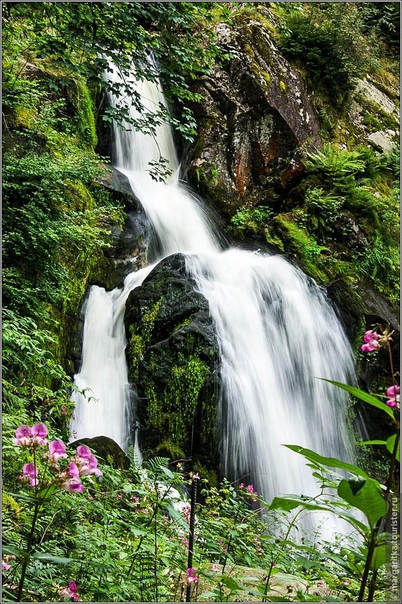мы были в очень дождливое лето, поэтому водопад нас порадовал достаточным количеством воды и мы могли наслаждаться всеми его каскадами, порогами и перекатами