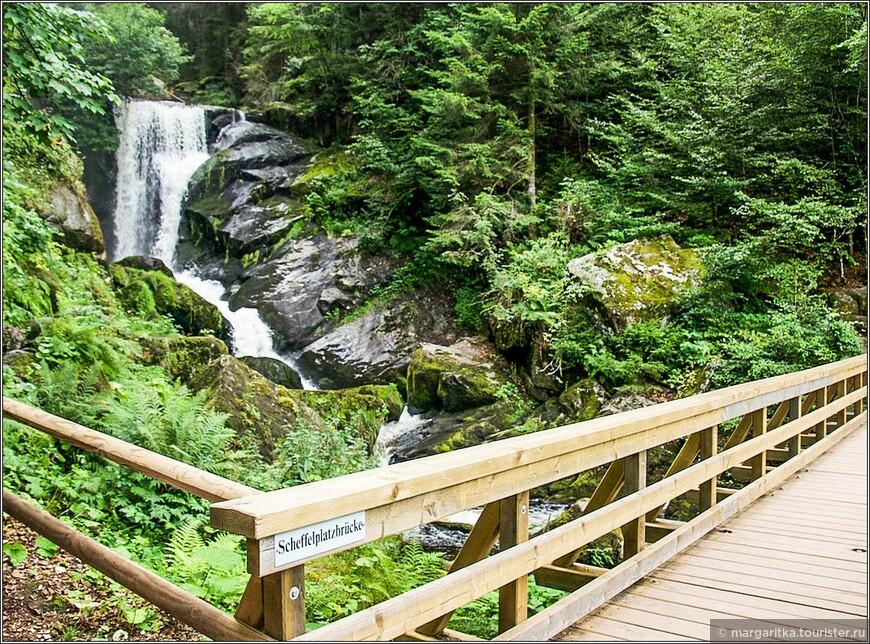 дорожки спланированы так, что пересекают водопад мостиками в разном его течении