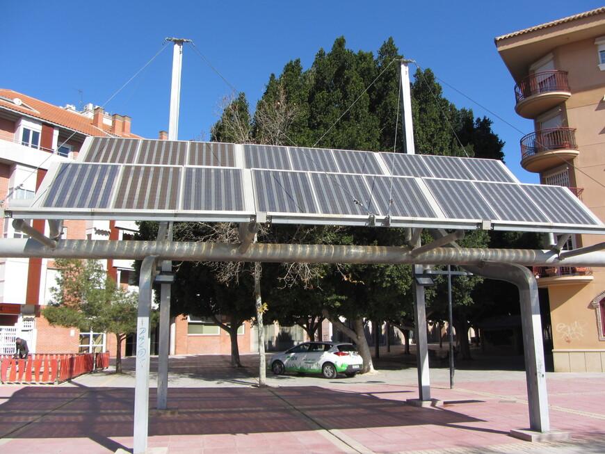 """Ещё один эпитет, который я часто встречал - """"испанская сковородка"""". Город считается одним из самых солнечных и жарких, что я прочувствовал, когда уже 1 марта температура поднялась до +24. Неудивительно, что в жилых районах среди домов расставлены конструкции с солнечными батареями."""