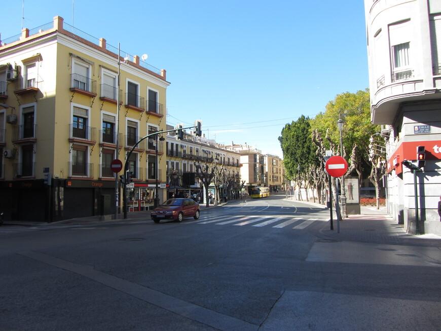 Насчёт провинциальности приходится согласиться. На фото - одна из центральных улиц города.