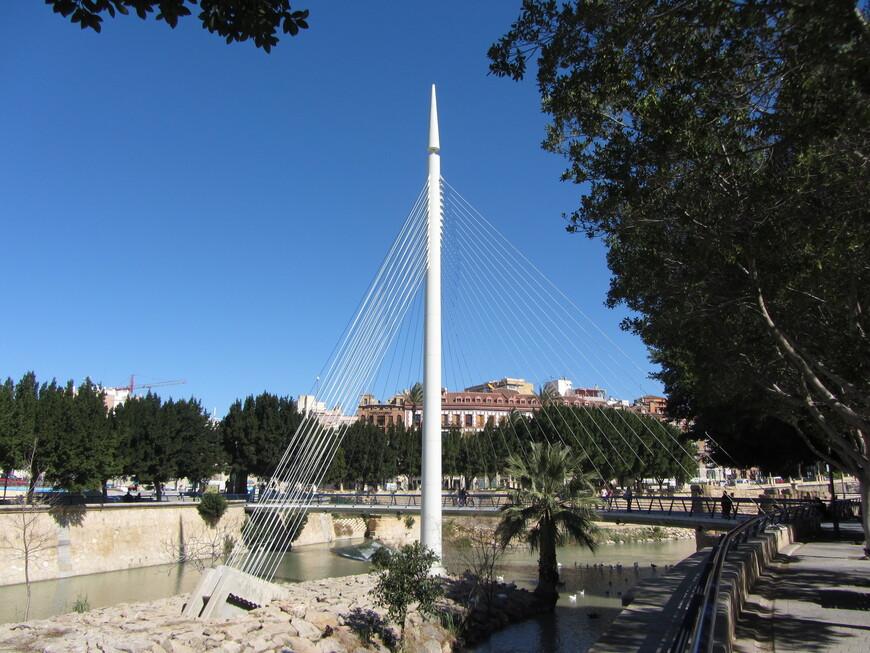 Пешеходный мост через реку Сегура