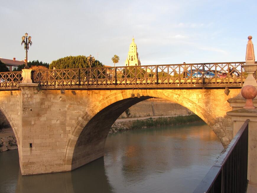 Рядом с ними находится просто Старый мост (или мост Опасностей)