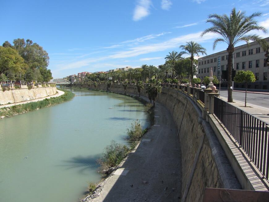 Река Сегура. Вода переливается всеми оттенками зелёного. Где-то читал, что Сегура - одна из самых грязных рек Европы...