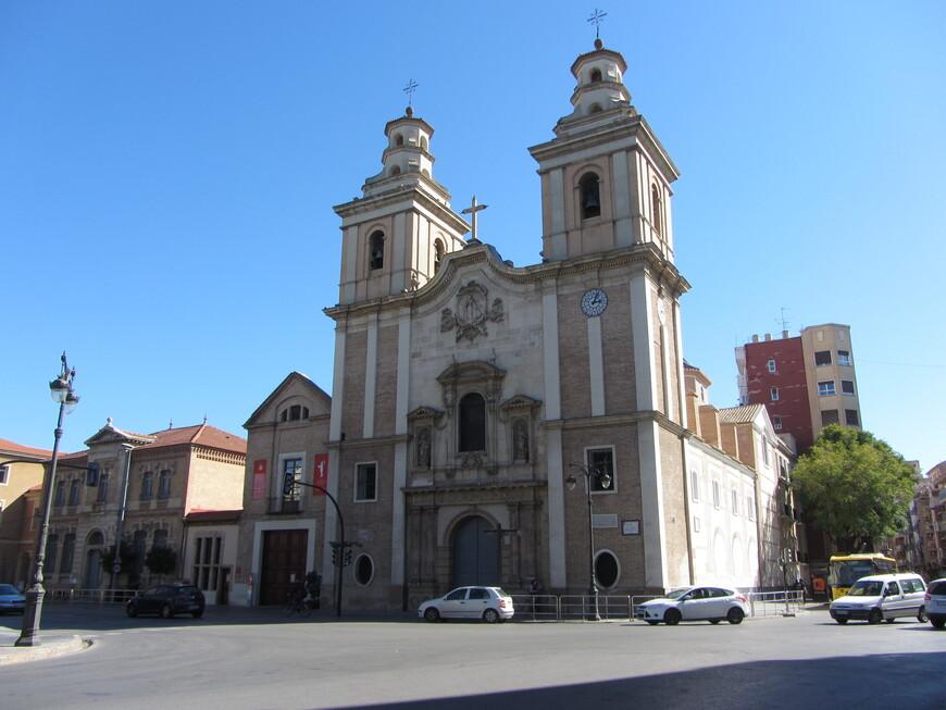Мурсия довольно долго была центром епархии. Потому в городе весьма большое количество церквей и часовен на душу населения. Впрочем, большинство из них ничем не удивляют, а главная их ценность - время постройки, которое датируется 18 веком и ранее. На фото - Parroquia de Nuestra Señora del Carmen