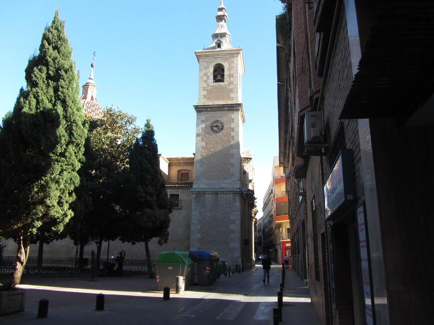 Parroquia San Nicolás de Bari y Santa Catalina. Вид сбоку