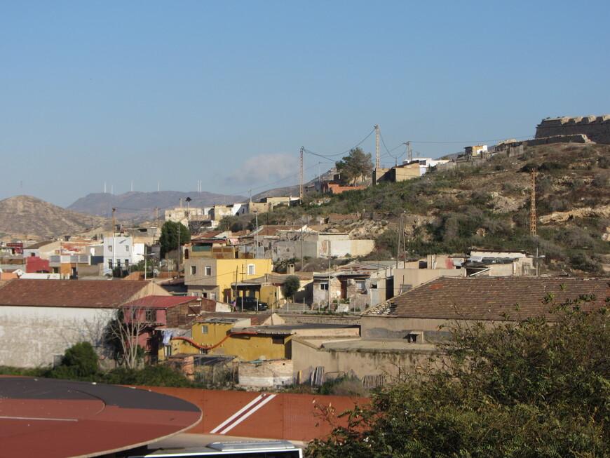 Хотел я было туда подняться, но увиденные в фотоаппарат районы на склоне той горы меня слегка смутили
