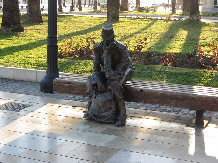 Скульптура солдата, которого призвали на флот