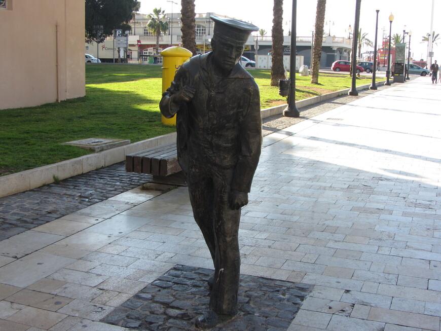 А этот моряк, судя по тому, что обращён он спиной к морю, уже вернулся домой.