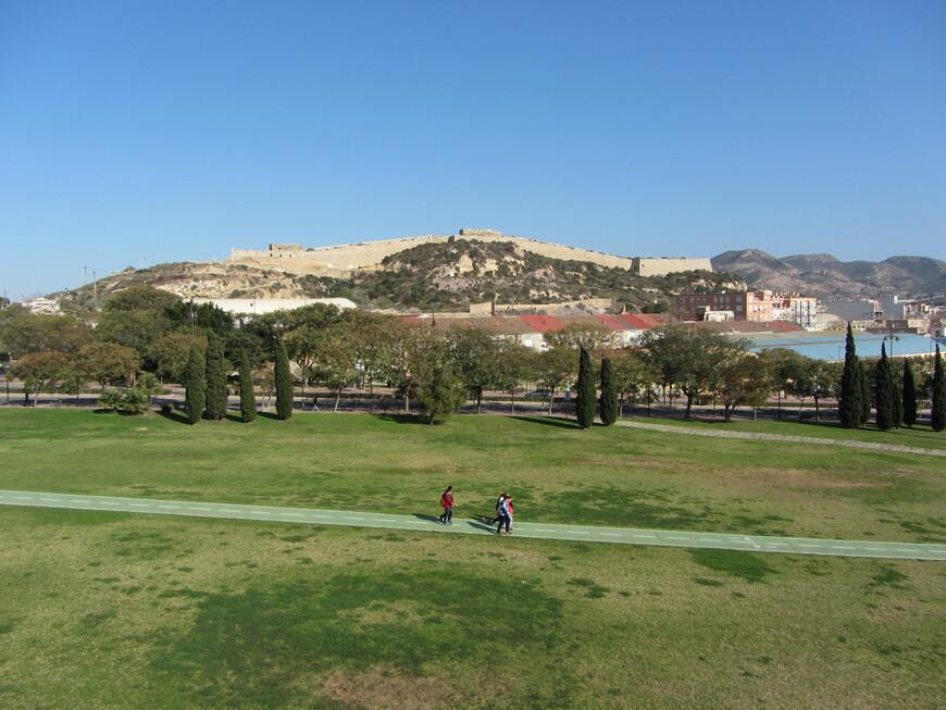 Вдалеке напротив виднеется еще одно масштабное оборонительное сооружение - Castillo de los Moros (также 18 век, впрочем начинали его строить еще мавры на несколько сотен лет раньше)