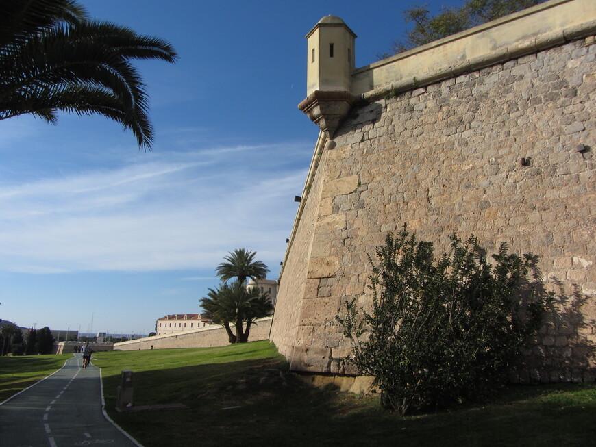 Её обычно называют стена Карла III, так как именно при этом короле её строили