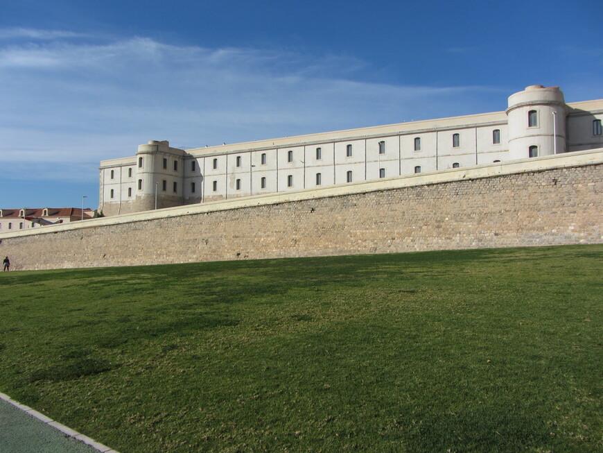 Стена Карла III и бывший морской госпиталь, нынче в нем один из корпусов местного политеха