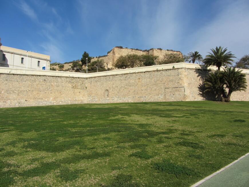 2 эпохи. Вверху - стена римская, внизу испанская