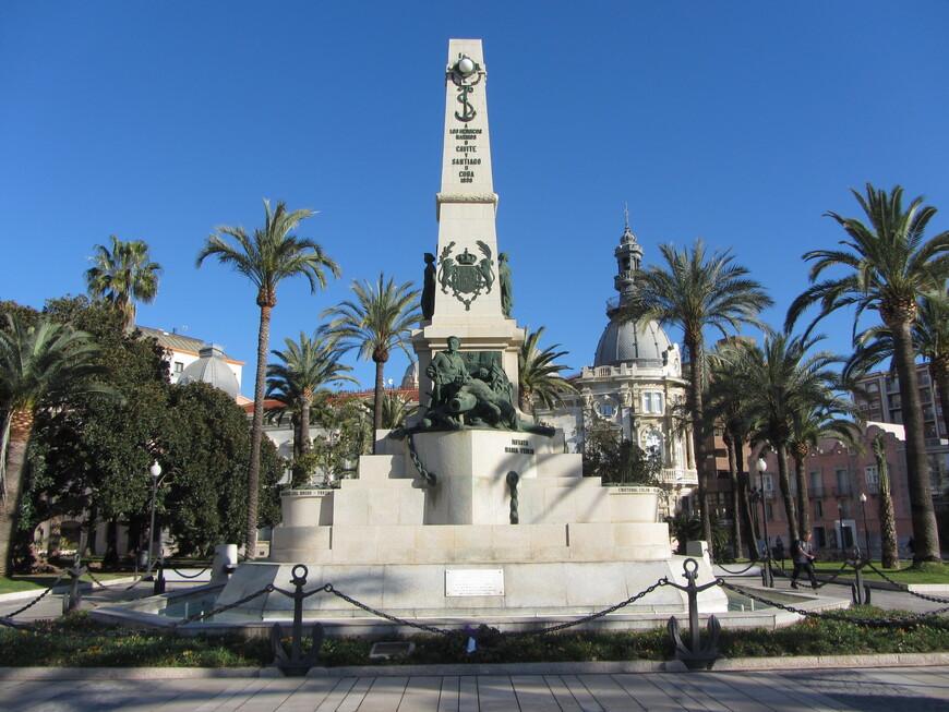 Памятник героям Кавите и Сантьяго-де-Кубы.  Речь о моряках, погибших в войне 1898 года между Испанией с одной стороны и боровшимися за независимость Филиппинами (что касается битвы при Кавите) и Кубой и активно поддерживавшими эти страны США - с другой.
