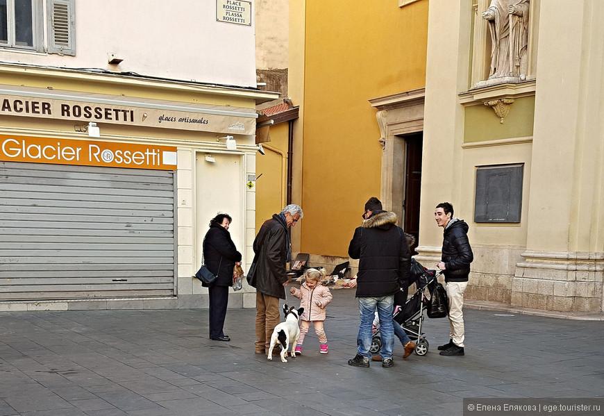 Большое семейство - мужчина с собакой долго ждал остальных членов семьи из храма Святой Репараты. Это кафе мороженое (Glacier Rossetti) тоже закрыто.