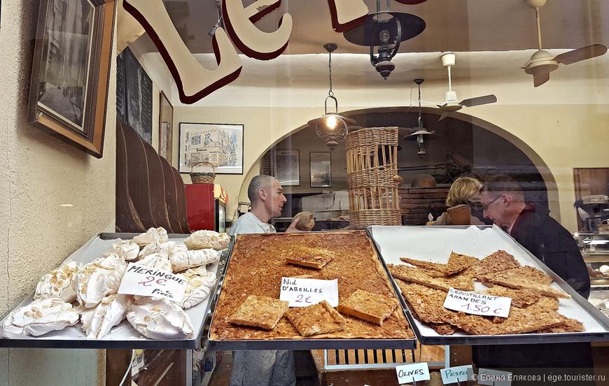 Витрины Старого города - вот здесь хорошо видно, что продавец подает хлеб без пакета руками, скорее всего он и деньги получает сам.