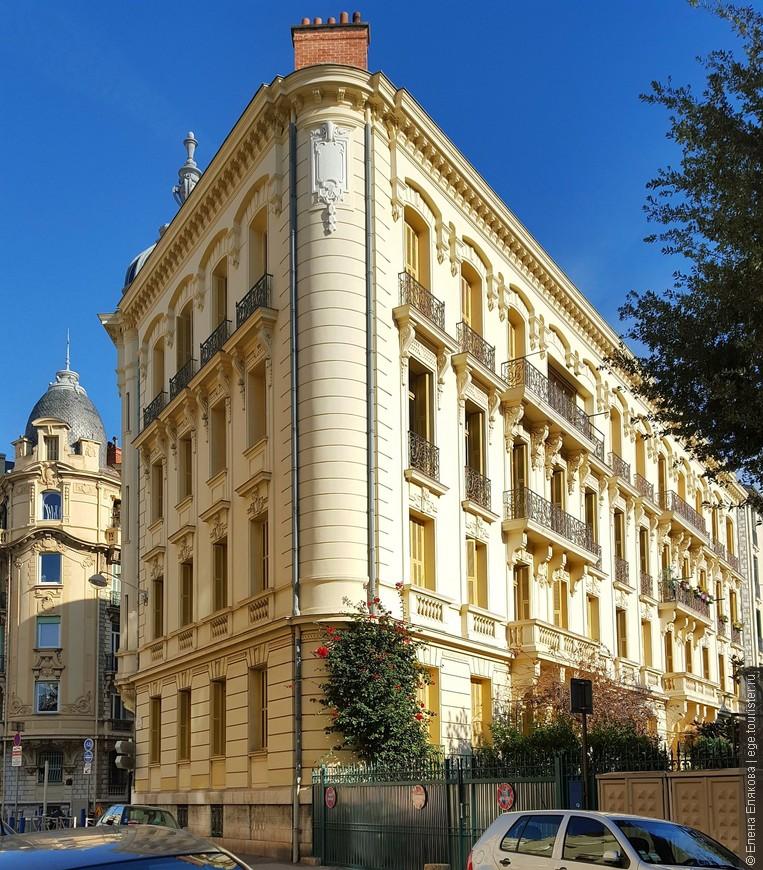 Красивое здание с садом на улице Франции (Rue de France ), на которой расположен магазин сыров Fromagerie.