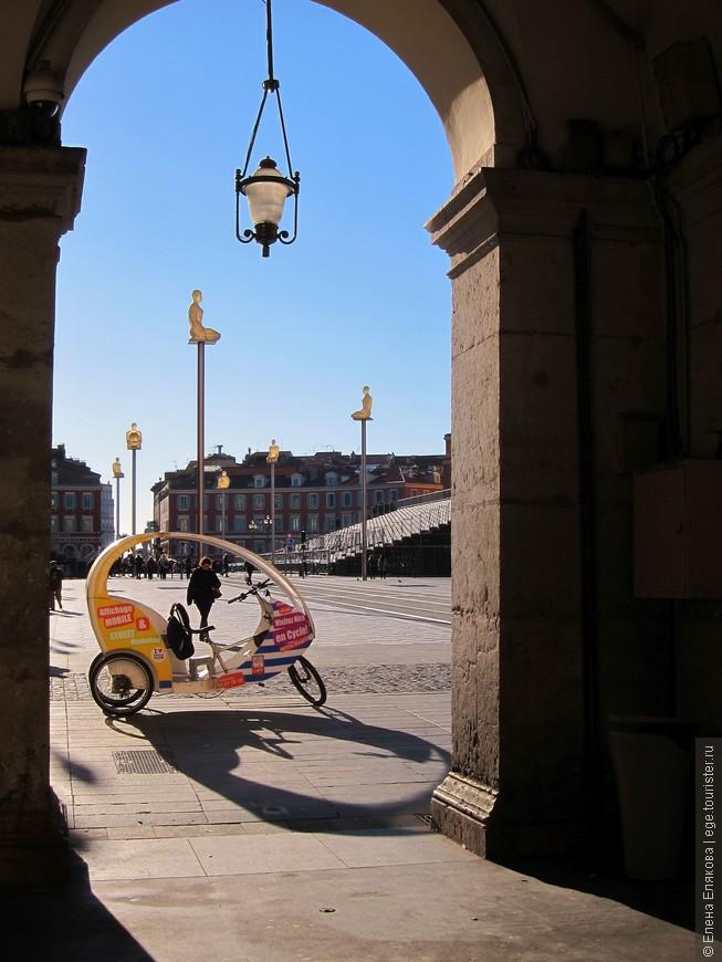 Выход на площадь Массена через галерею Лафайет. На площади стоят семь фигур на высоких мачтах, меняющие свой неоновый свет вечером. Эта композиция под названием «Беседа в Ницце» – олицетворение семи континентов. Ее автор – каталонский скульптор Жаум Пленс. Площадь названа в честь военачальника Наполеона Андре Массена, родившегося в Ницце.