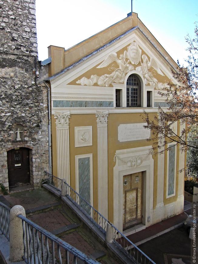 Спускались мы с Замкового холма по другому пути - мимо этой церкви, посвященной Святому Иосифу,