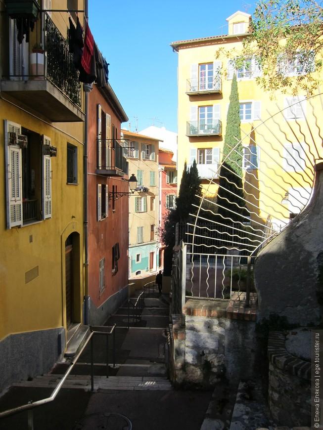 потом шли по этой улице Старого города,