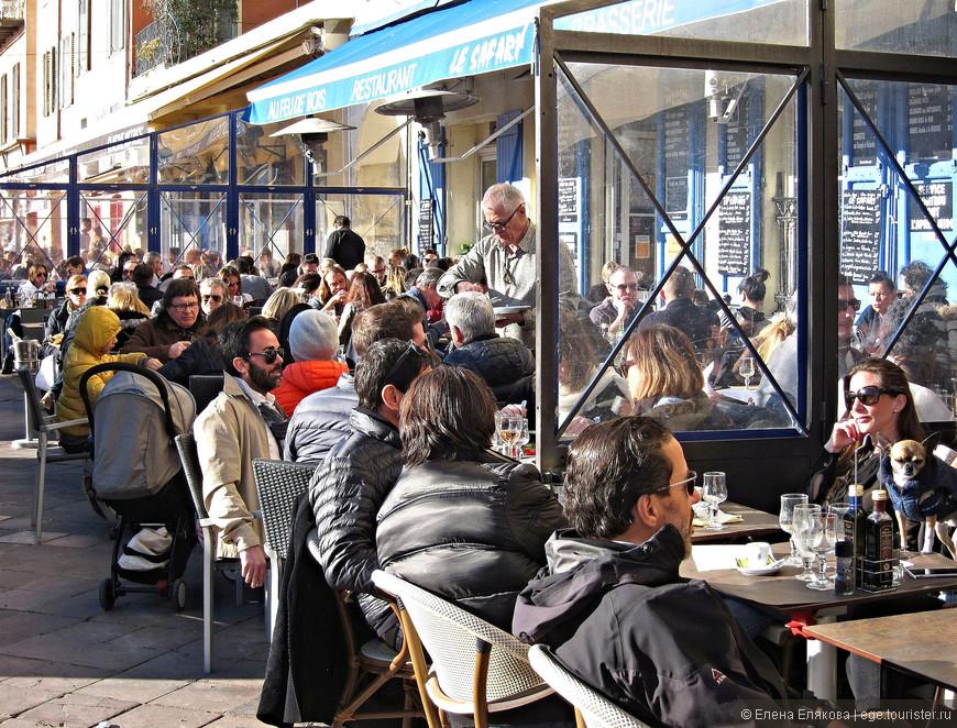 Вечером в воскресенье после 18-00, когда открываются все рестораны, в них многолюдно - все столики заняты. Этот непрерывный ряд кафе  - на площади Салейя (Saleya) , где по воскресеньям утром открыт рынок.