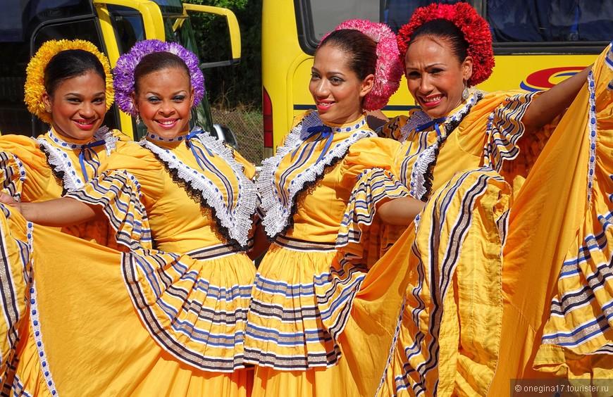 Доминиканки весело отплясывали несмотря на жару, влажность и раннее утро.