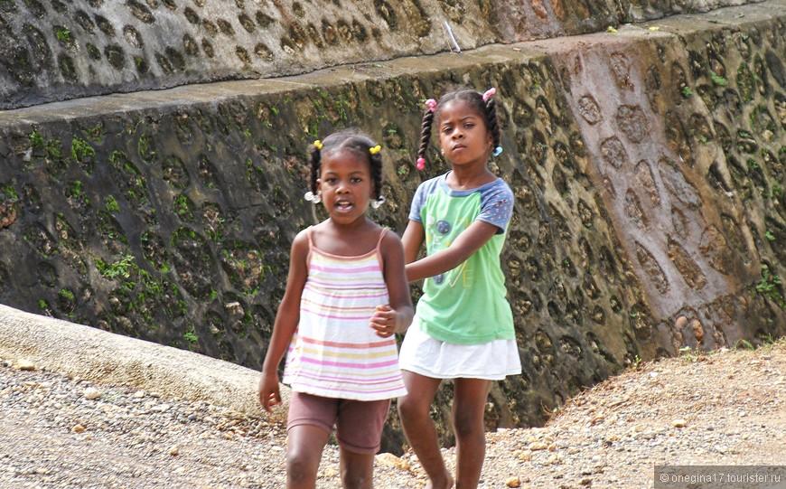 Детишки рассматривали нас, как наши дети смотрят на обезьянок в зоопарке. Видно не часто им выпадет такое развлечение...