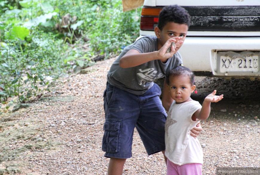 Детишки готовы вас проводить куда угодно и чуть ли не на руках перенести через ручьи и канавы. За доллар, а лучше за два...