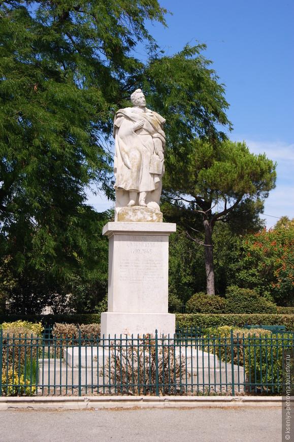 Здесь можно увидеть памятник Альфонсу де Ламартину -  французскому писателю и поэту романтического направления, политическому деятелю.