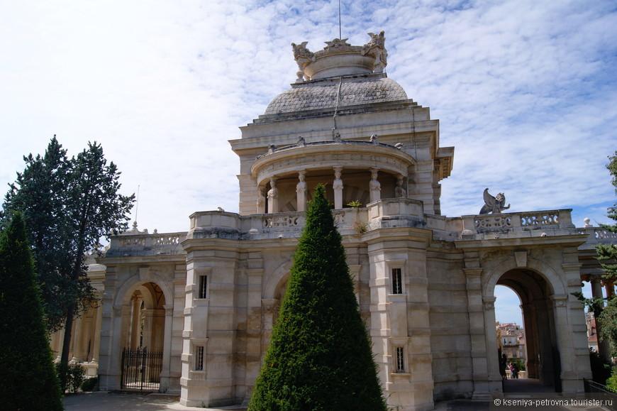 Дворец построили в связи с окончанием глобального проекта - строительства марсельского канала, который избавил стремительно растущий город от нехватки воды.