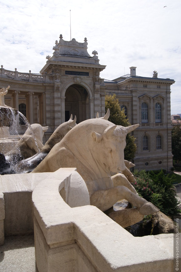 Десятиметровая скульптурная группа фонтана изображает четвёрку быков Камарга, тянущих колесницу.