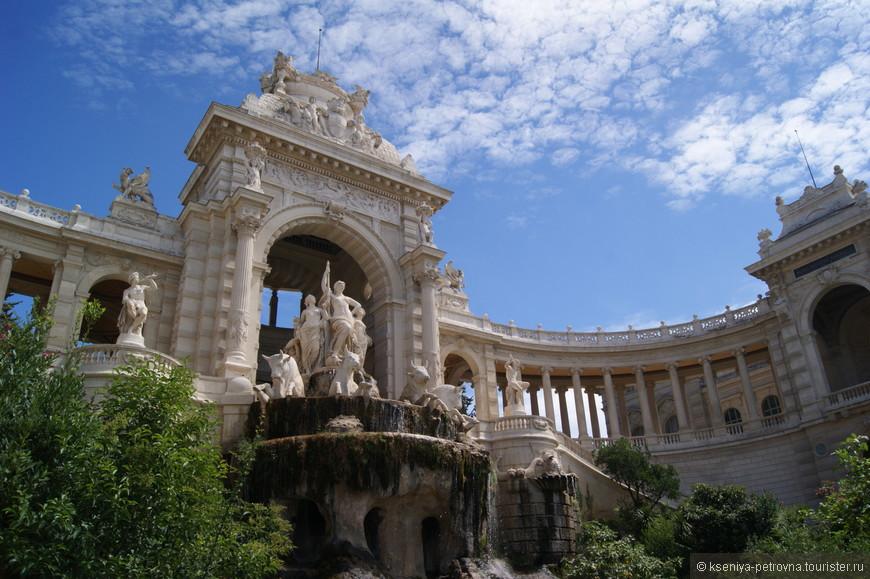 Многоуровневый фонтанный комплекс завершается  скульптурной композиций из трех женщин, которые управляют колесницей.