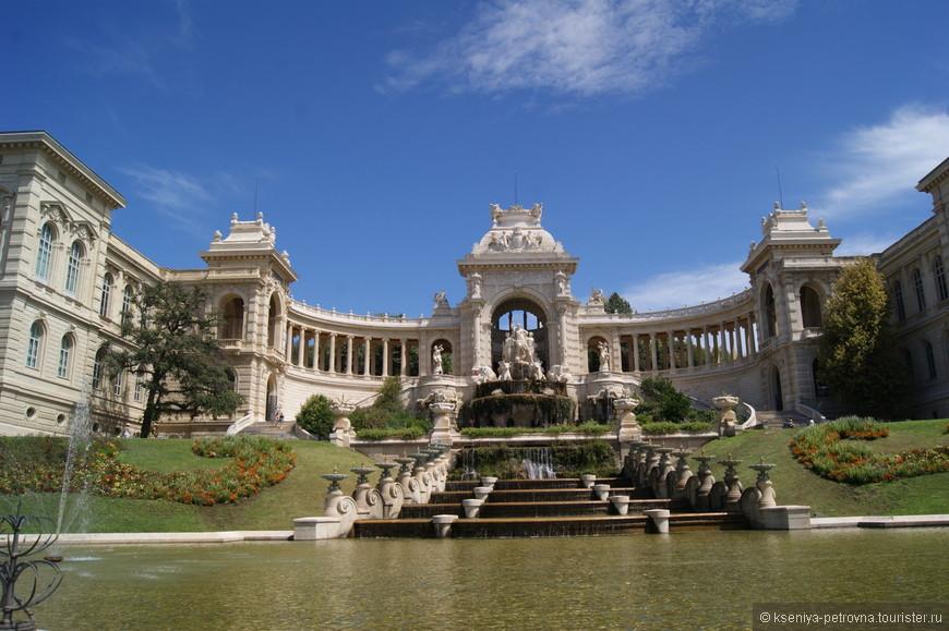 В центре расположена триумфальная арка с идущими от нее в обе стороны колоннадами. Та, что слева завершается зданием музея естественной истории. Колонны, стоящие с правой стороны, ведут к  музею изящных искусств.
