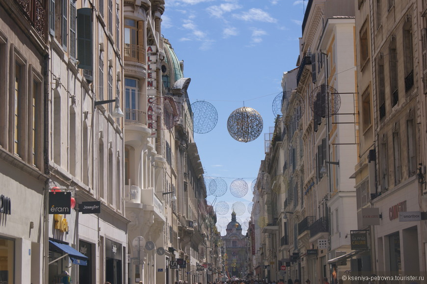 Налюбовавшись прекрасным дворцом Лоншан, мы отправились по многолюдным марсельским улицам осматривать другие достопримечательности.