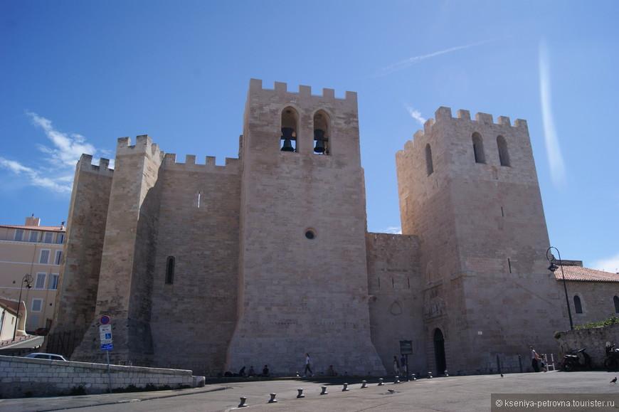 Древнее аббатство Святого Виктора находится в  на южном берегу Старого Порта. История этого монастыря начинается еще в V веке, когда преподобный Иоанн Кассиан основал его вблизи гробницы Святого Виктора и других массалийских мучеников, высеченной в скале.