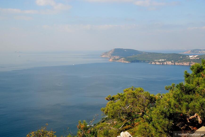 Собственно, вот зачем нужно сюда ехать... С холма Йорги, от монастыря, открываются фантастические видны на Мраморное море, Азию, и близлежащие острова, в зависимости от места.
