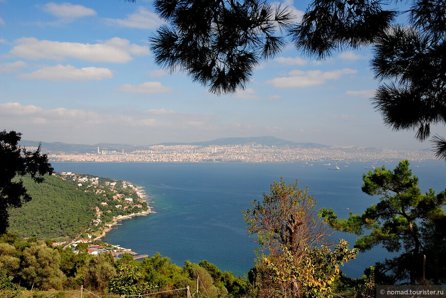 А это вид налево - видны частные домики вдоль побережья острова и Стамбул на азиатской стороне...