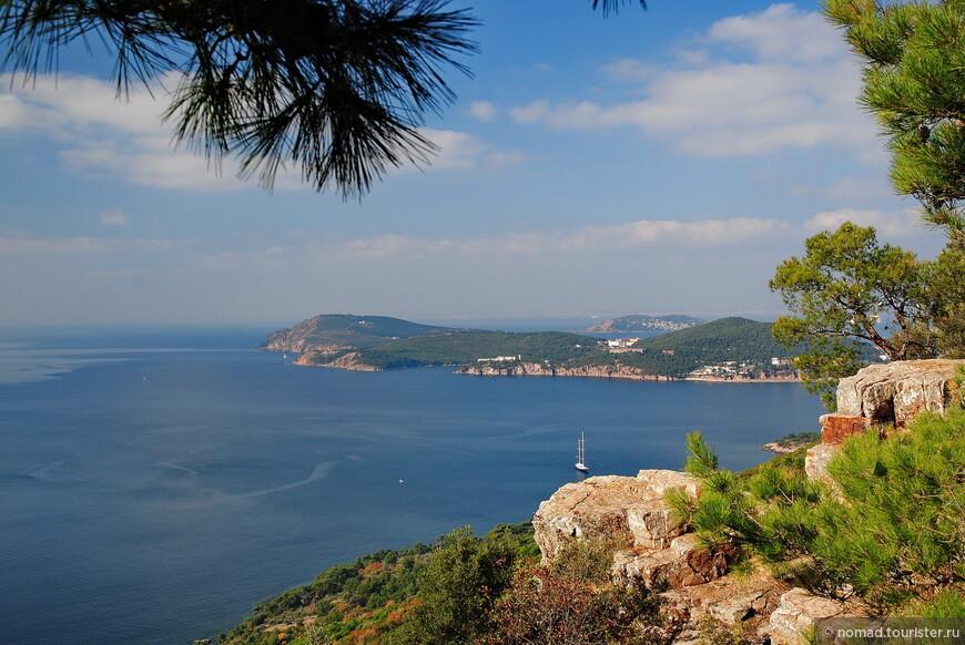 По правую руку от монастыря имеет смысл погулять - там есть тропинки, и вообще местность живописная...