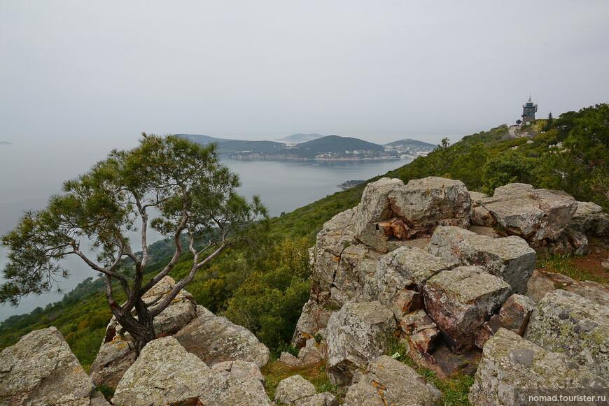 А вот весенняя фотография в плохую погоду. Тут виден маяк, в сторону которого я и рекомендовал прогуляться...